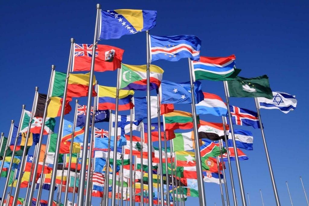uluslararası bayraklar direklerde dalgalanıyor
